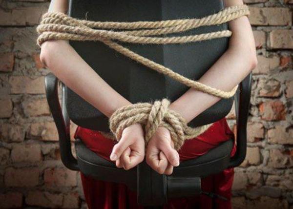 девушки привязанные к стулу веревкой фото