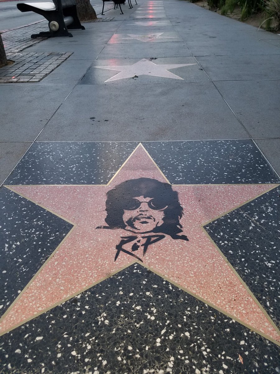 Prince never had an official star on the Hollywood Walk of Fame... one fan decided to add one.  #PurpleRain https://t.co/dnl0DoEHIB