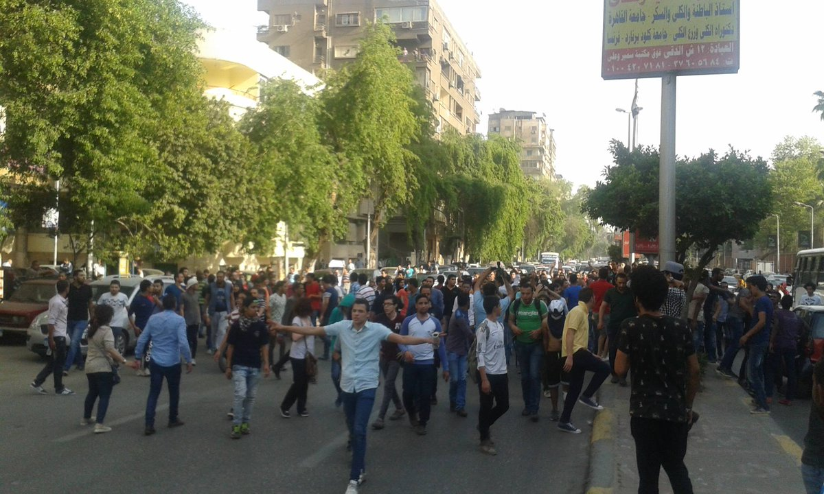Protesters reassembling after Police dispersed the protest in El Mesaha sq.  #Egypt #April25  Photo via Mona Seif https://t.co/9XLySv99DH