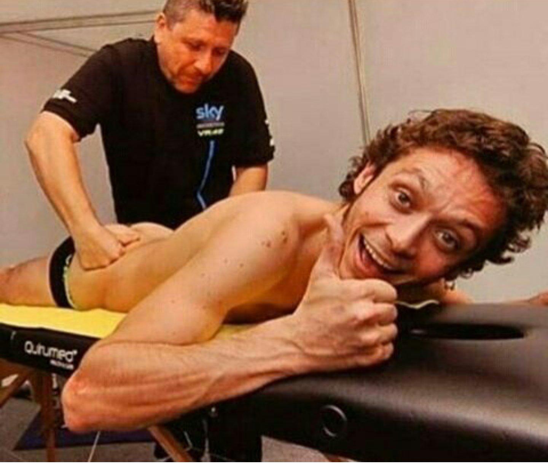 Valentino Rossi na masáži po závodu