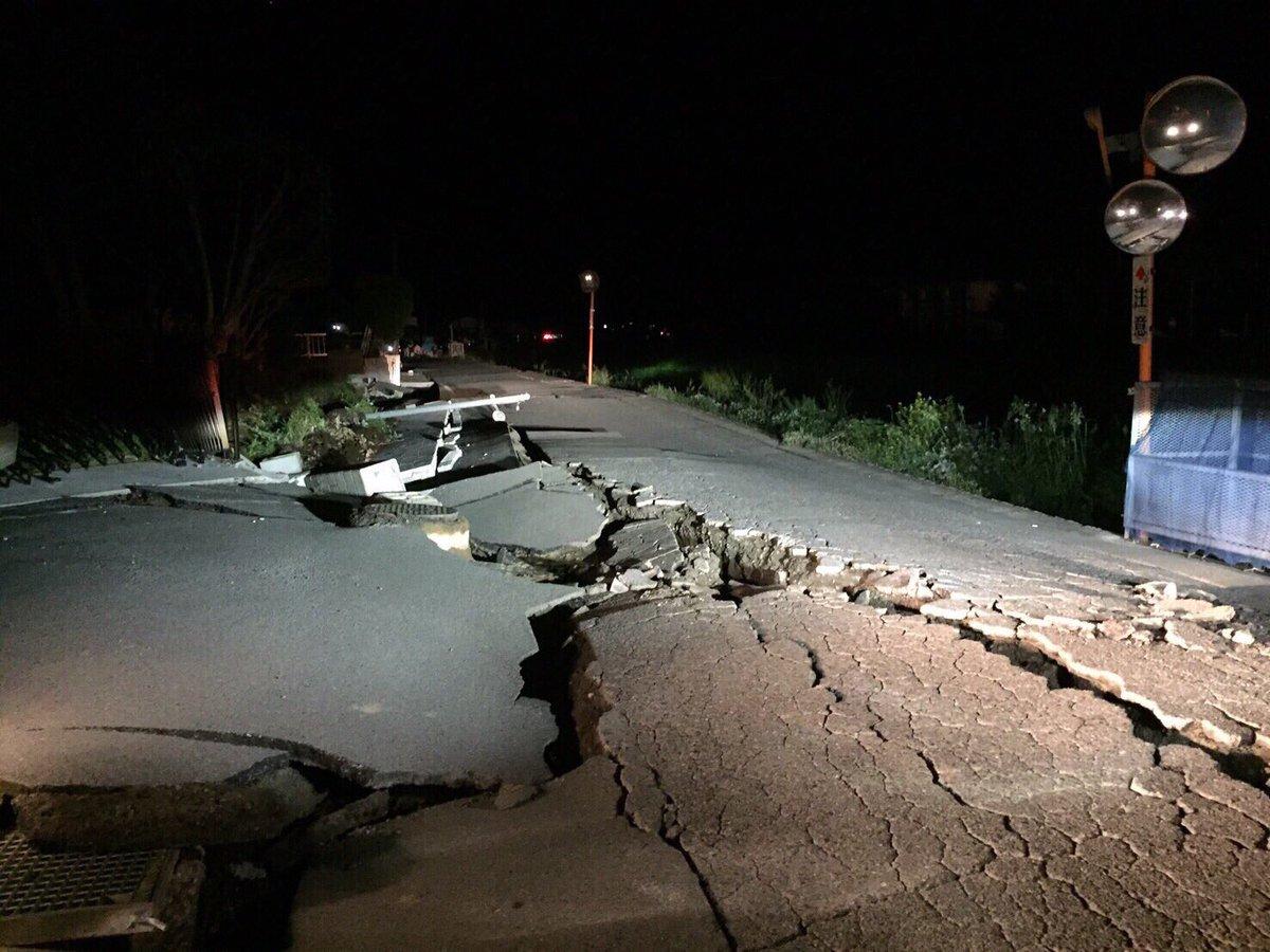 熊本 益城町の先輩から闇で見えづらい道の状況も酷いようで。#熊本 #地震 #心配 pic.twitter.com/HRpQqs7Ukb