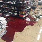 【大惨事】まるでミステリーに出てくる事件現場のような光景になったワイン売り場!