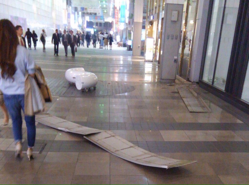 【熊本市内の皆さま】ヒビが入ってるかもしれない建物やアーケードからは至急離れてください。  また、看板などが落下したようですが、強い余震があるかもしれません。カバンなどでしっかり頭部を守ってください。  無事を願います  ※拾い画 https://t.co/ALQXtkaKKC
