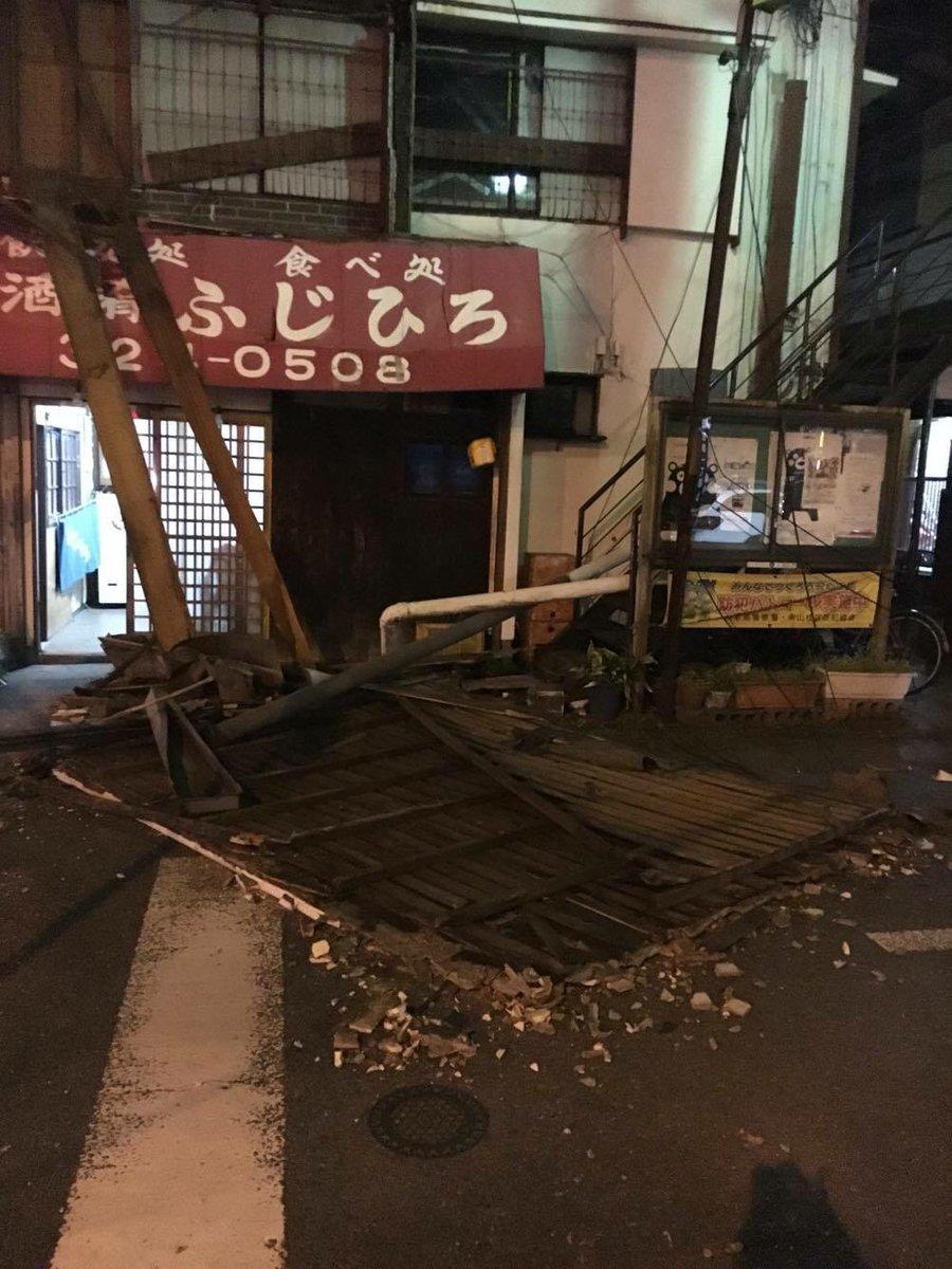 歩いて会社に来ましたが、途中、壁が崩れたりしています #33fan #地震 https://t.co/HPLTuCjaXP