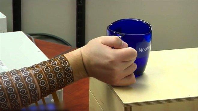 #Technologie - Un tétraplégique bouge la main grâce à une puce implantée dans son cerveau ▶ https://t.co/OvY2u1i8zU