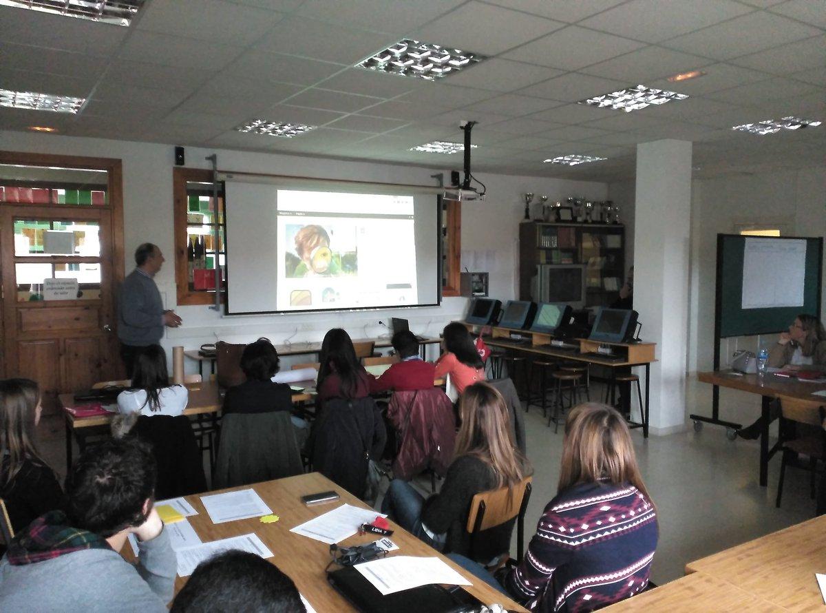 Juanma presenta @escuelastalento a los participantes de #SGLab del @colsangregorio. Unete!  @escacyl #LaMennais https://t.co/euMZOv7lxg