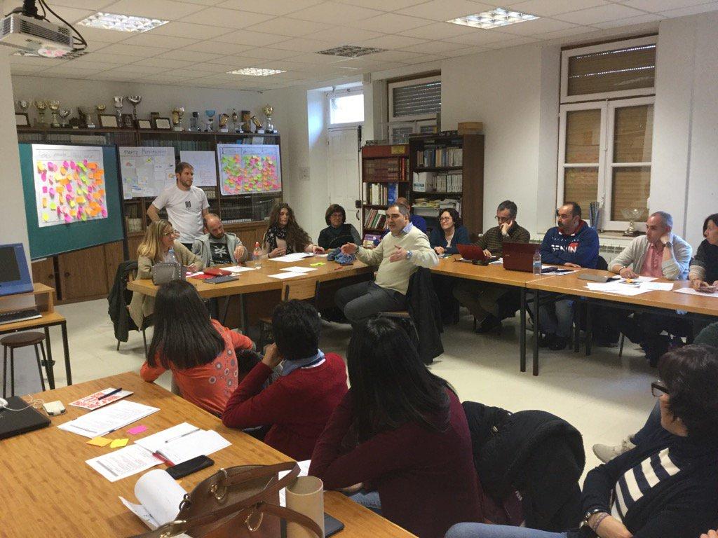 De la mejores cosas de #SGLab de @colsangregorio los espacios para la reflexión docente.  Disfrutando del cambio https://t.co/FvhZuYlt8X