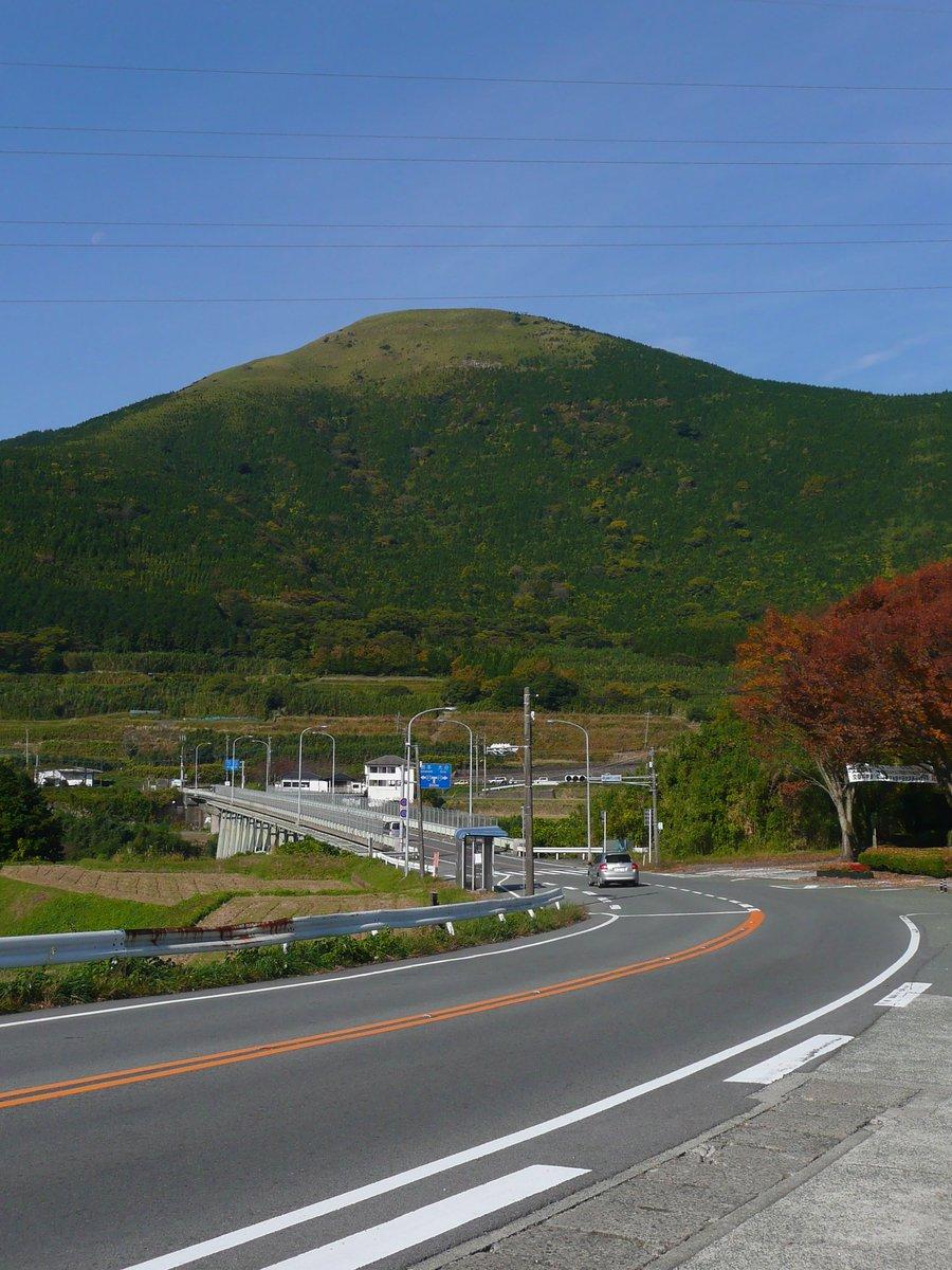 奥の山が、山頂付近から手前に向かって地滑りを起こして、道路を阿蘇大橋ごと飲み込んだことになる。被災前の写真でも自分の記憶の中でも、そんなに急な斜面ではなかったように思うのだけれども… https://t.co/F9xm1zXxpz