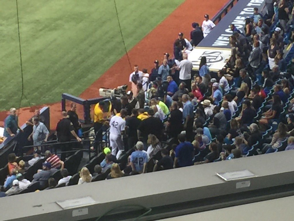 Outfielder Steven Souza Jr. In the stands checking on the fan hit by a foul ball off his bat. #Rays https://t.co/VXBiksHUNl