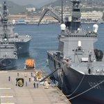 【熊本県で発生した地震への災害派遣】4月16日(土)、輸送艦「おおすみ」が呉基地で救援物資を搭載し熊…