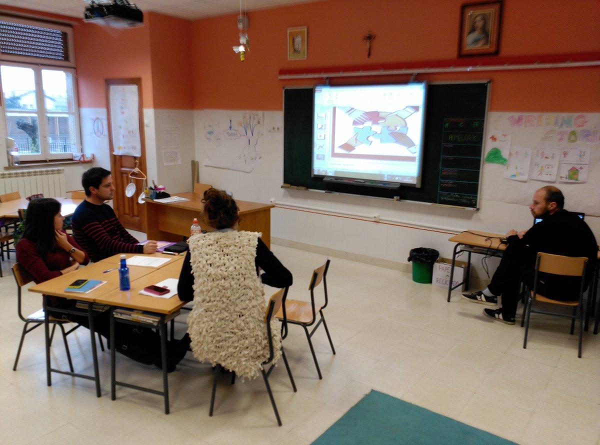 Los diferentes grupos de trabajo preparan técnicas de #AprendizajeCooperativo en #SGLab del @colsangregorio https://t.co/JSJcPMEcMP
