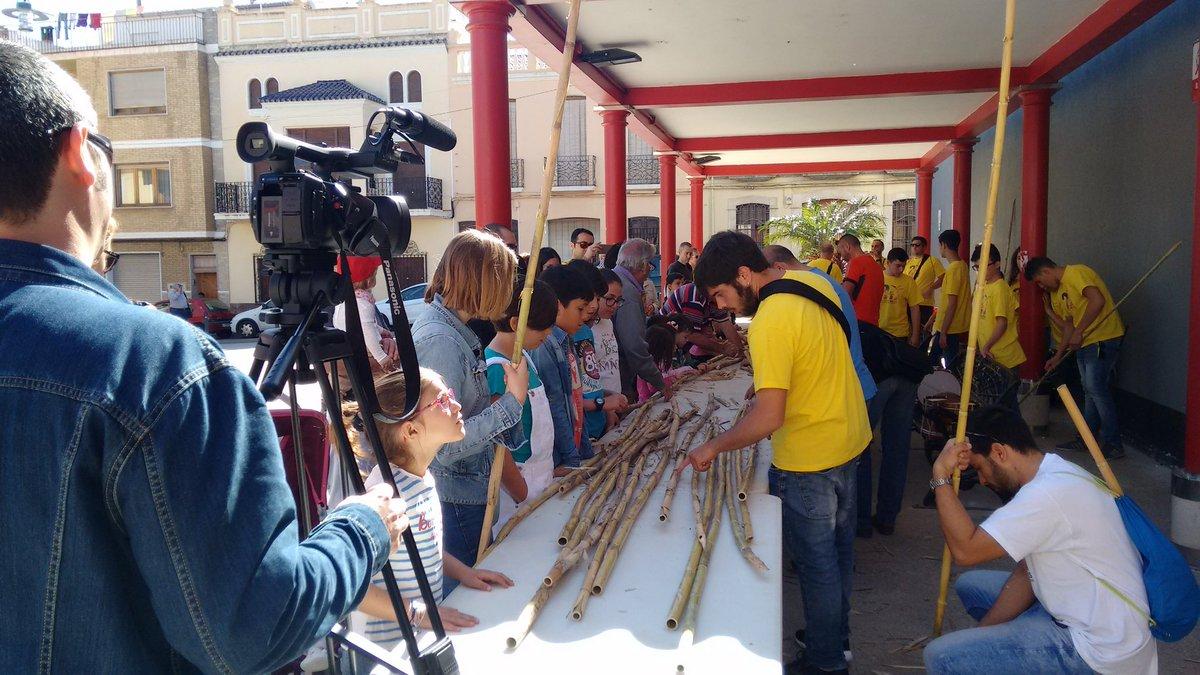 Matí a la plaça de l'amistat amb el taller de canyes badaes i concert de xiquets amb #elstraginers de #Pedreguer
