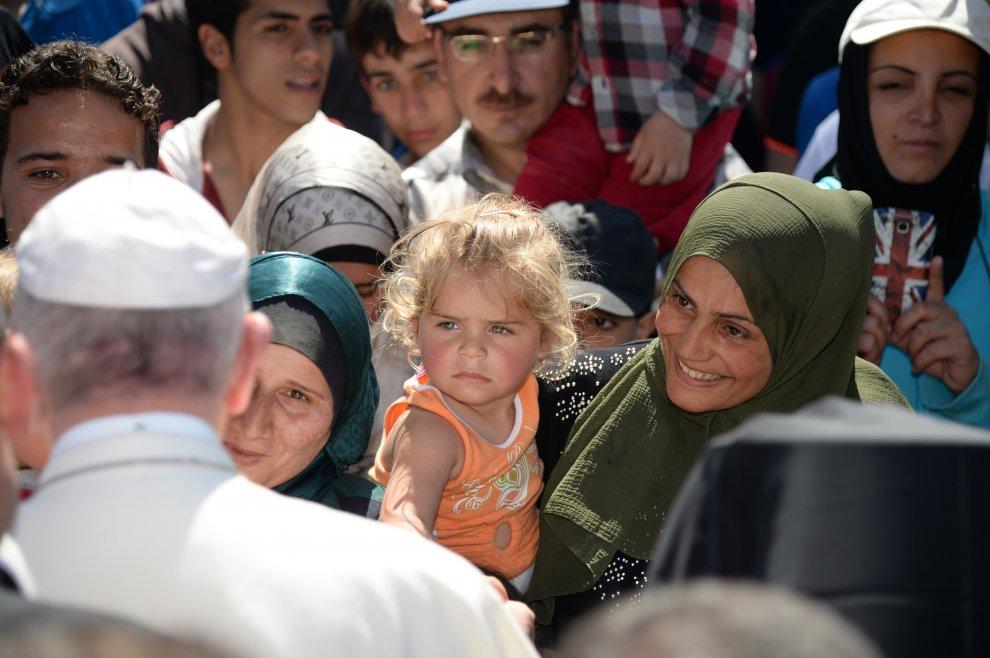 Papa Francesco porta a Roma 12 migranti musulmani, 6 i bambini