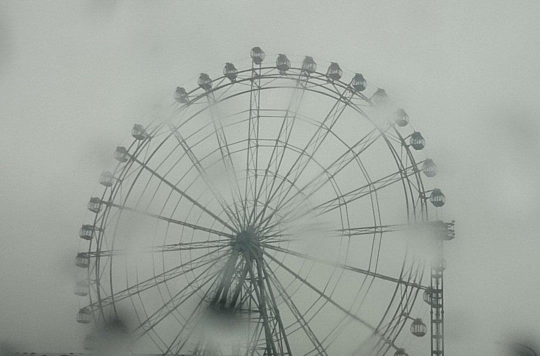 淡路ハイウェイオアシスの観覧車、暴風で一番上のゴンドラ回転しとるww https://t.co/QcDVijDZip