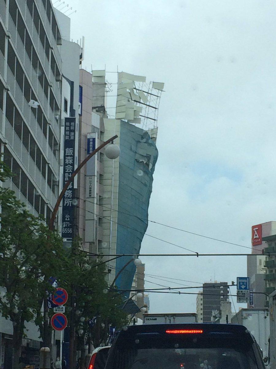 川崎街道の下り、聖蹟桜ヶ丘付近の解体現場の足場が崩落寸前です!みなさまお気を付け下さい! pic.twitter.com/oOCpBd3l6G