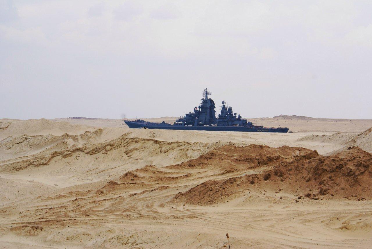 Artillero ruso cruzando el Canal del Suez