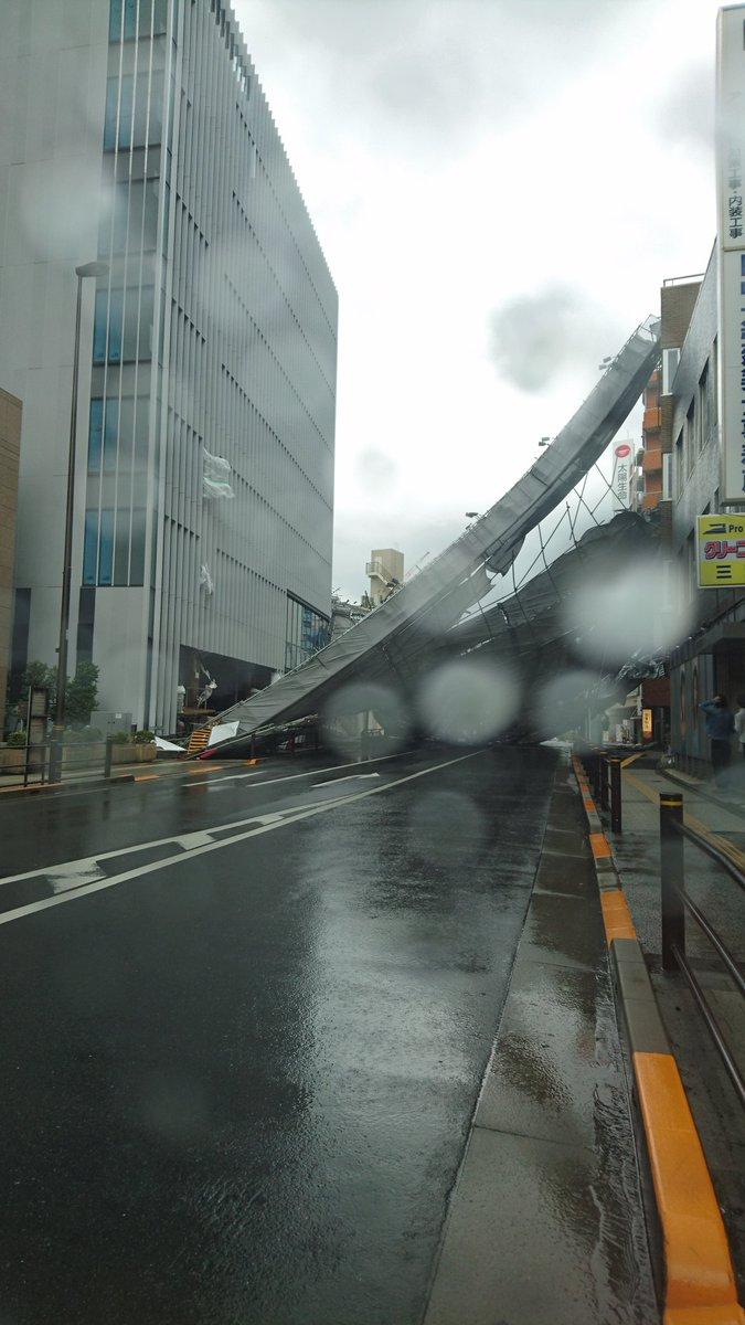 北千住で強風で足場崩壊してまんがな‼ 怖いですね。 pic.twitter.com/BUbKJVZoWT