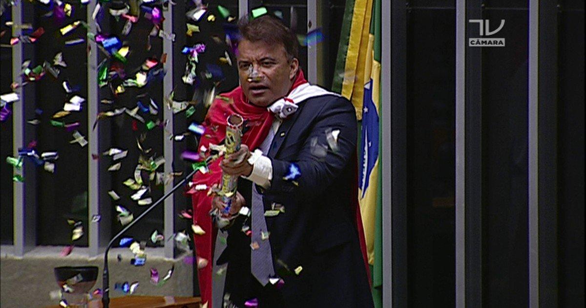 'Deputado dos confetes', Wlad Costa foi quem mais faltou às sessões da Câmara em 2015: https://t.co/ijwVc8esgh