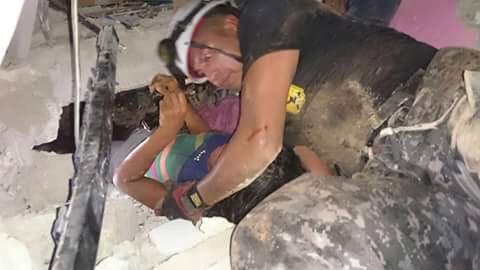 Héroe policial del #GOE , rescata con vida a niña atrapada en medio de escombros. #TerremotoEcuador vía: @pabloinga https://t.co/n9338yYri6
