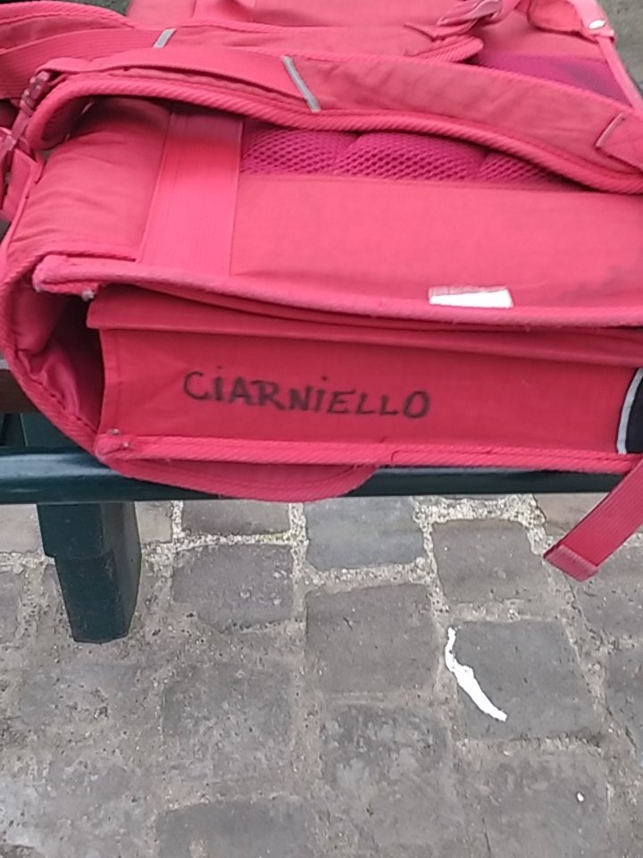 Cartable au nom de Ciarniello oublié arrêt #stib Gueux please RT https://t.co/2yU6vVwpsW