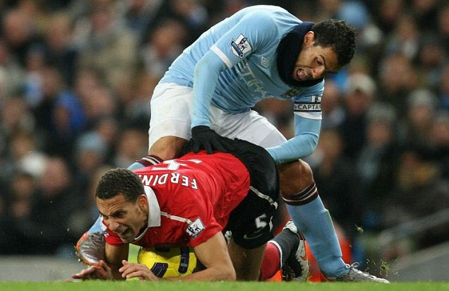 Those saying @FreddieBurns should've been cited on the strength of a still image here's Tevez definitely fisting Rio https://t.co/xr7yJvzjir