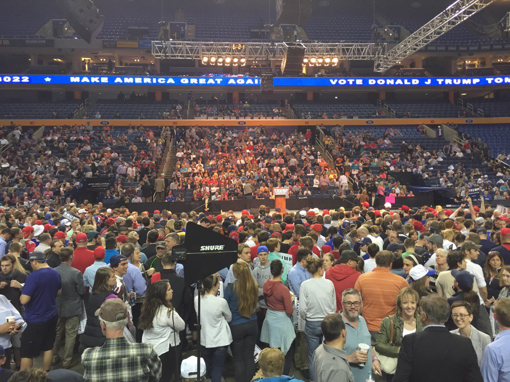 Crowd continues to file in for the Trump rally. #Buffalo @WKBW https://t.co/WIJ8ZY7jET