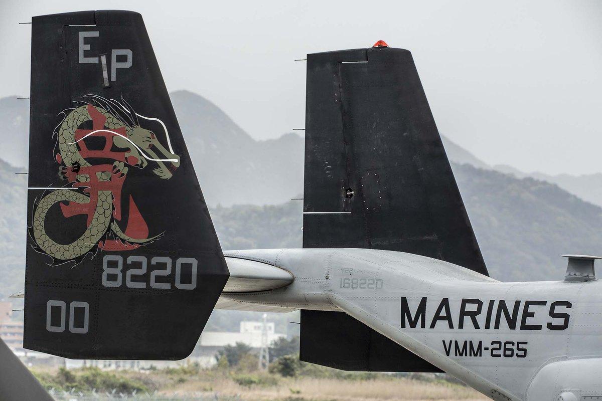 昨日、先陣を切って南阿蘇村に物資を運んだ米海兵隊オスプレイの隊長機です。ドラゴンズと呼ばれるこの飛行隊は、陸上自衛隊の高遊原分屯地で救援物資を搭載し、約20トンの水や食料を南阿蘇村に届けました。 https://t.co/33YVenrNkt