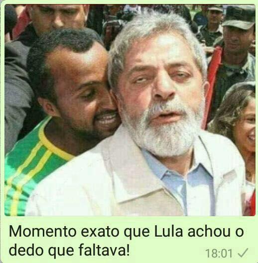 Resultado de imagem para Momento exato em que o Lula achou o dedo que faltava
