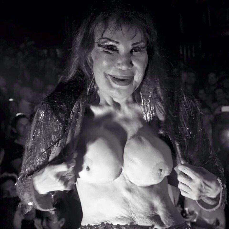 Lyn may desnuda