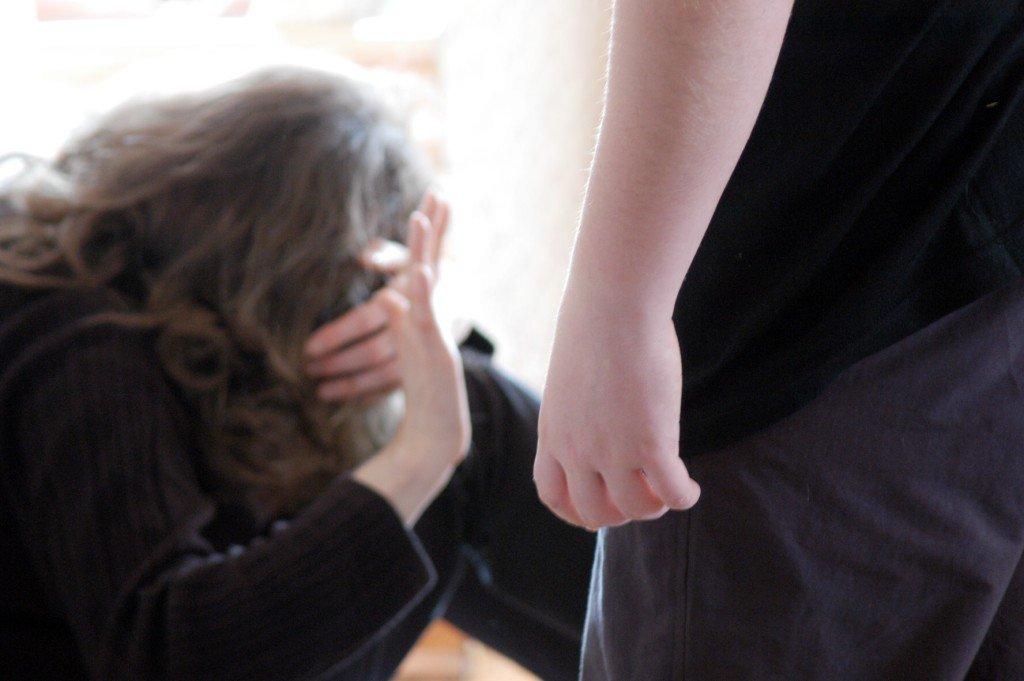 Ragazza stacca la lingua a morsi a uomo che voleva violentarla