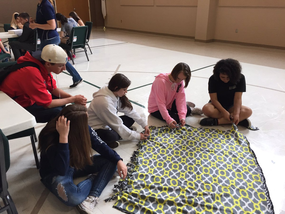 Freshmen from @OakParkHS do community service making blankets, dog toys, bookmarks, and birthday cards! https://t.co/aOG0nqbfth