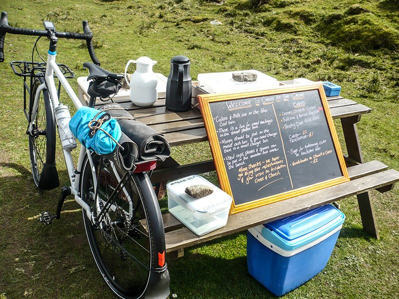 cakes at the (kildalton) cross. the honour system is alive and well and living on islay. i recommend the flapjack. https://t.co/TuWtQJmFnH