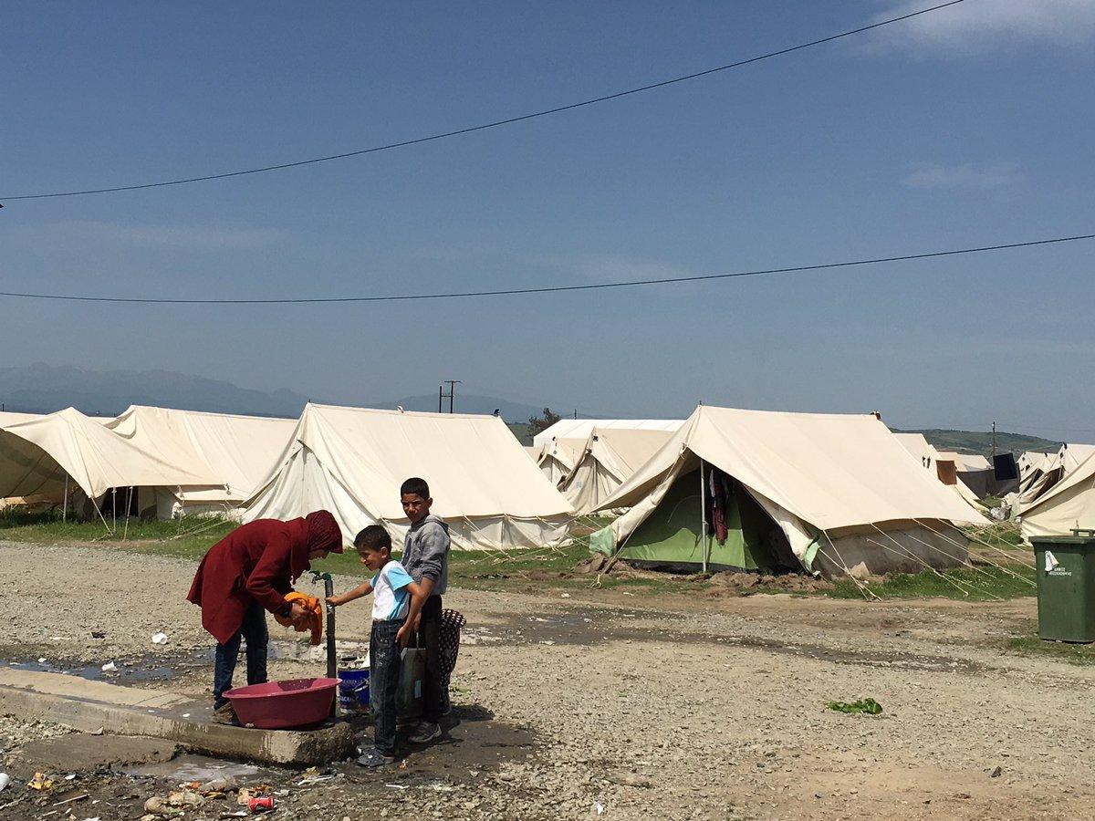 @sosrefugiados pensemos en un baño con jabón y champú, y ahora imaginemos que ni agua tenemos #idomeni #katsikas https://t.co/LvK8hkQ6OS
