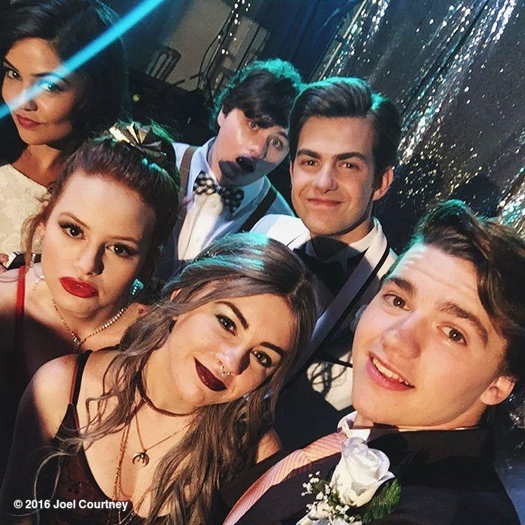 The squad glammed up for PROM! @DaniellemCam @MadelainePetschn @jcimorelli @Michaelchey_ @CameronPalatas  #FTheProm https://t.co/xRuPY5xOHr