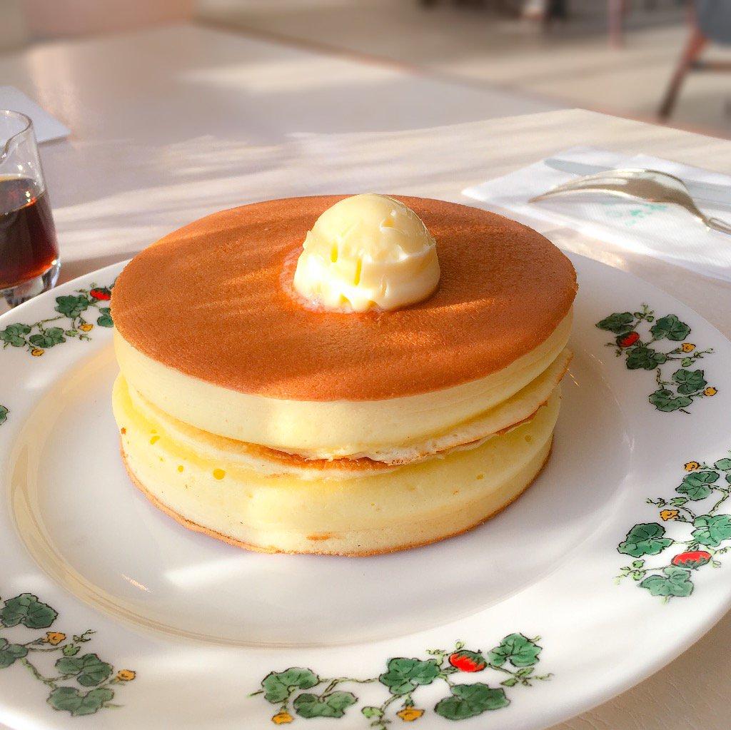 理想的なパンケーキなんてものが存在するのかはわからないにせよ、北海道土産で有名な六花亭のカフェには、理想的なホットケーキがある。 https://t.co/gDGMWzXkQg