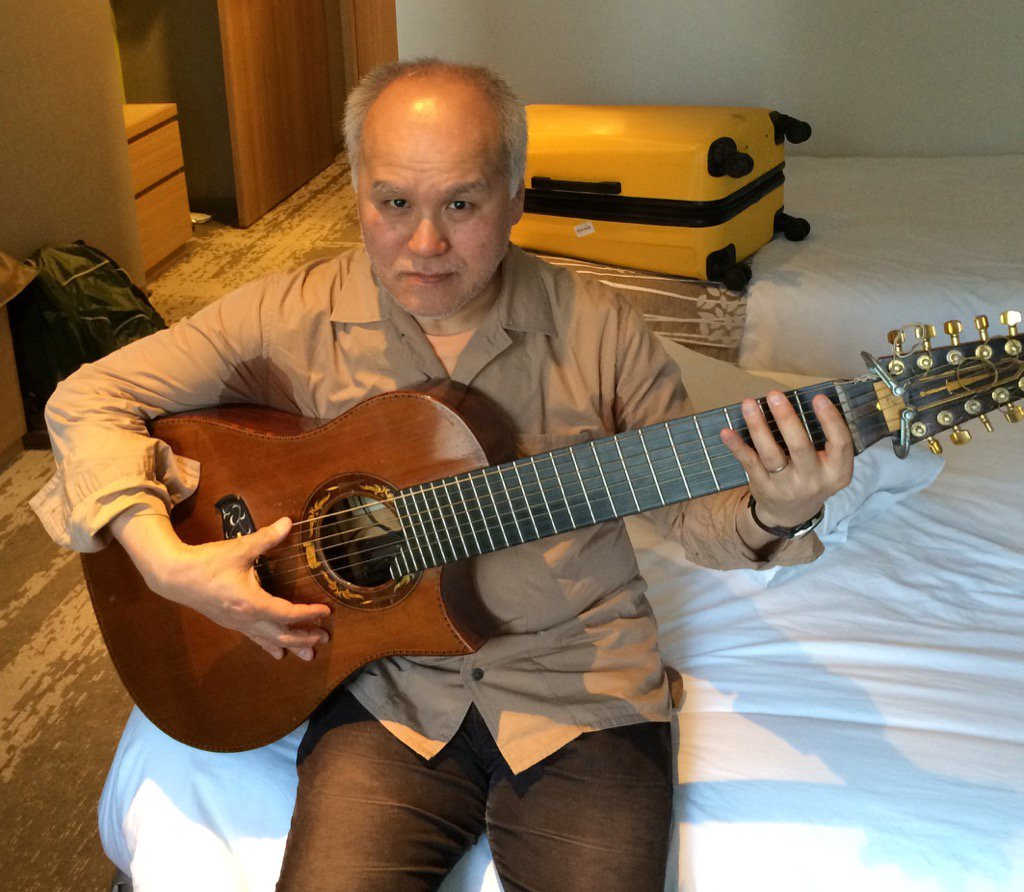 ジスモンチさんの鉄弦ギター。弦は12本。下から4コースは複弦で8本。その上に張ってあるのは単独で4本。 https://t.co/6ALtkiO9zg