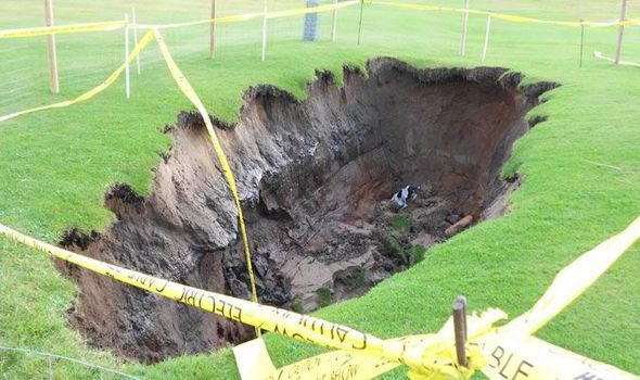 Breaking; Augusta green staff have finally moved in to repair Spieth's divot he took from his 3rd shot on 12. Lovely https://t.co/TFe3Wbk1kW
