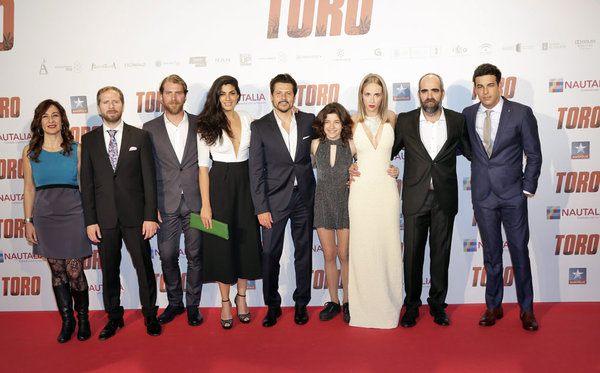 Bonita foto de familia. Enorme @KikeMaillo valiente!!! Peliculon desde los títulos de créditos hasta el final. #Toro https://t.co/RTXmGWl2UY