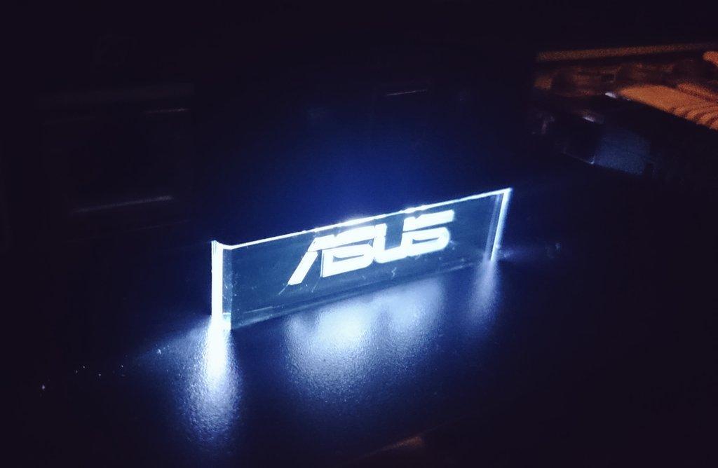 ルータ本体のASUSのロゴが光る演出が素敵。 https://t.co/wXbLpwenKc