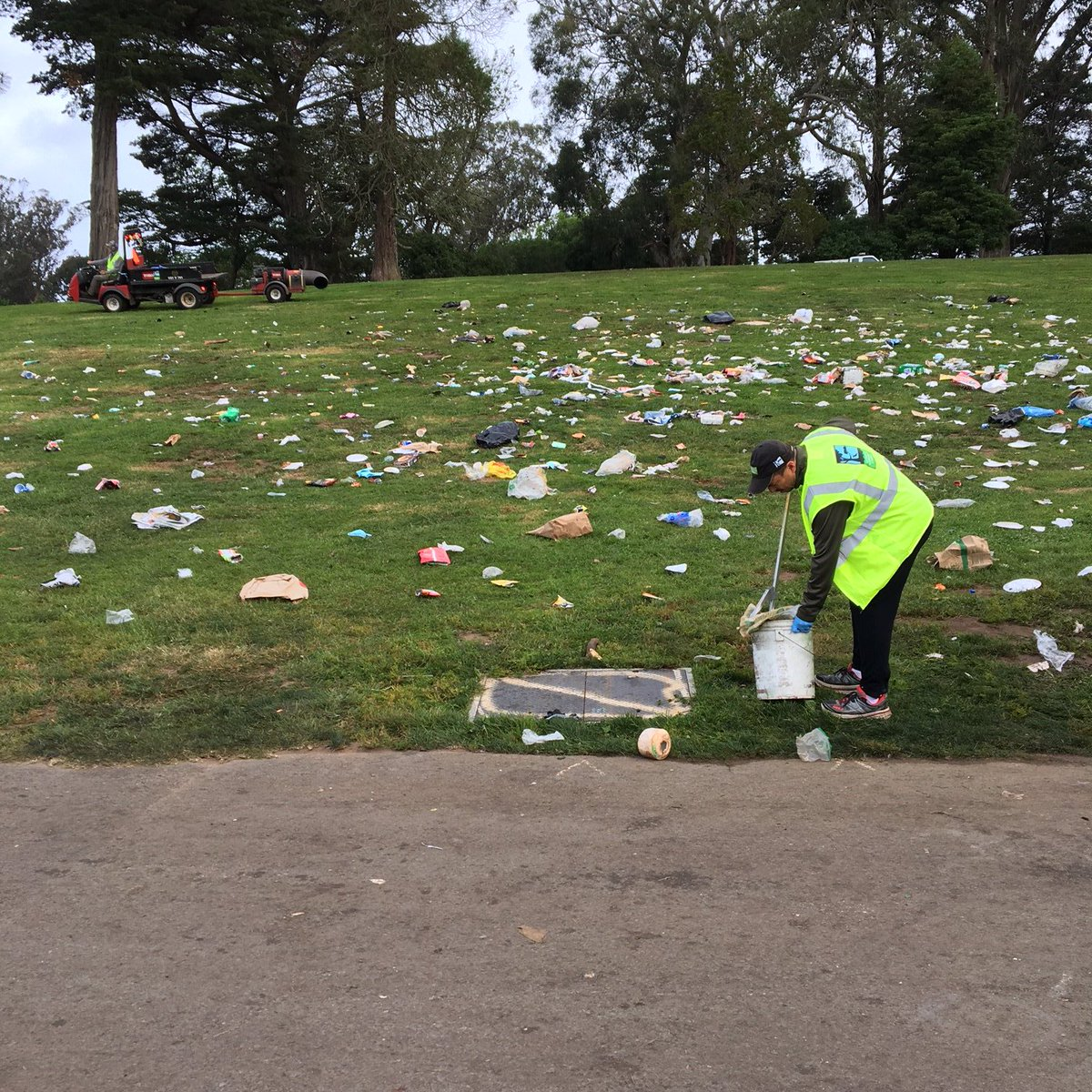 Park Hangover: GGP crews and GM Phil Ginsburg picking up after 4/20. Huge impact on our park & city services. https://t.co/xLfB0E62C2