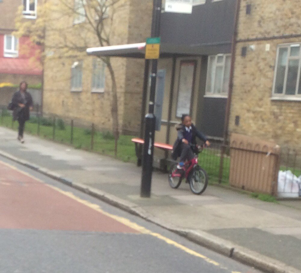 #schoolrunstories - loads of kids cycling to school in Kennington this morning, all on the pavement, parents on foot https://t.co/d3GtHWKxFA