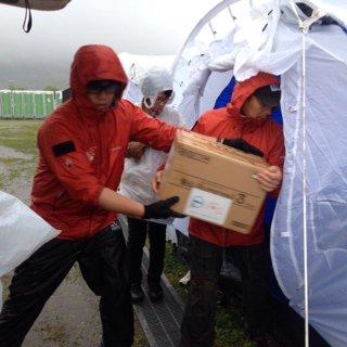 【熊本支援】21日、Dell社提供の災害用キット581個と、トリンプ社の下着1万6000枚が益城町で活動する支援チームのもとに届きました。災害用キットの中身は毛布や食糧、保温具、水などです。また下着はブラジャーやショーツ、肌着など。 https://t.co/wynPY37ajk