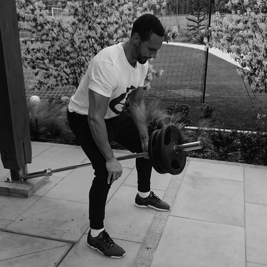 Friday morning workout b4 the school run! 💪🏽 Repping the @5mag white and black t-shirt #FiveFitness https://t.co/fLnbnQlLXj
