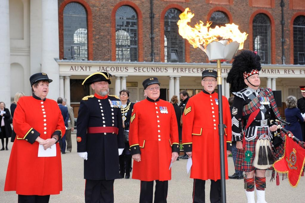Lighting a beacon at Royal Hospital Chelsea to mark Her Majesty The Queen's 90th birthday @rbkcmayor2015 @RHChelsea https://t.co/9kxKS3phAE