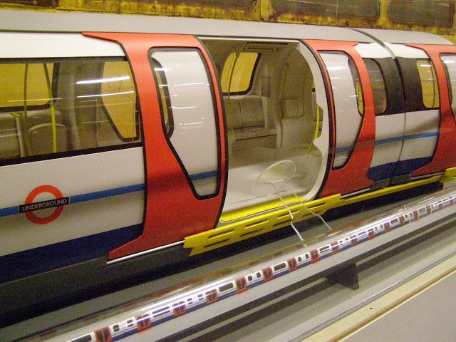 Cgp5pJAUkAEbnLP - The Victoria Line's really big 50th birthday!