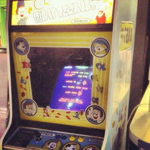 映画「シュガーラッシュ」に登場した伝説のゲーム「fix it felix jr」が稼働してる当時の写真を再掲しておきますね。残念ながらもう日本ではお目にかかれないと思いますが。映画公開前なのでラルフもいますw #シュガーラッシュ https://t.co/0ICrwatdP6