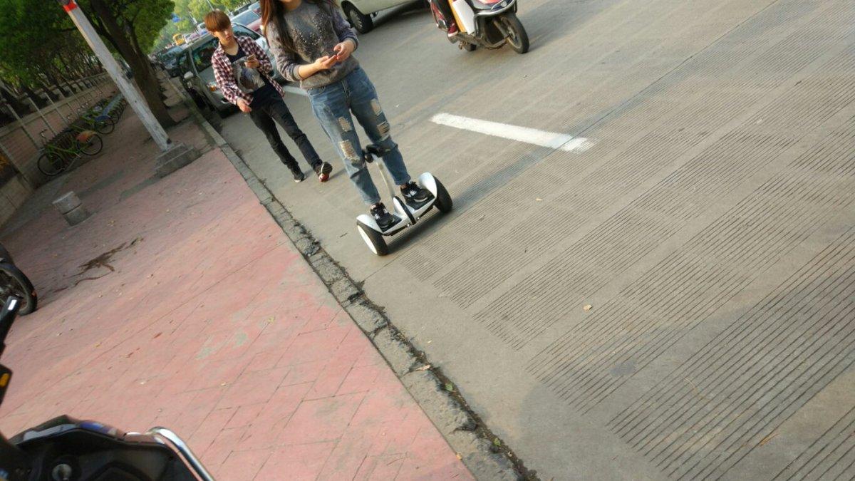 最近、上海でよく見かける小米の九号平衡車。この子は大人しく走らせていたけど、結構スピードが出る。転けてるのも一度見た。 https://t.co/xu2fhzHkl9