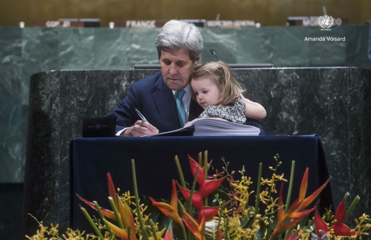 US Secretary of State @JohnKerry signs #ParisAgreement at @UN w/ granddaughter looking on https://t.co/5mZjgzsMod