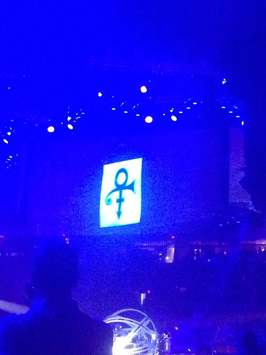 .@garthbrooks and @trishayearwood pay tribute to #Prince in #Columbus #Ohio. #GarthInColumbus #PrinceRIP https://t.co/YkqUsN4a2c