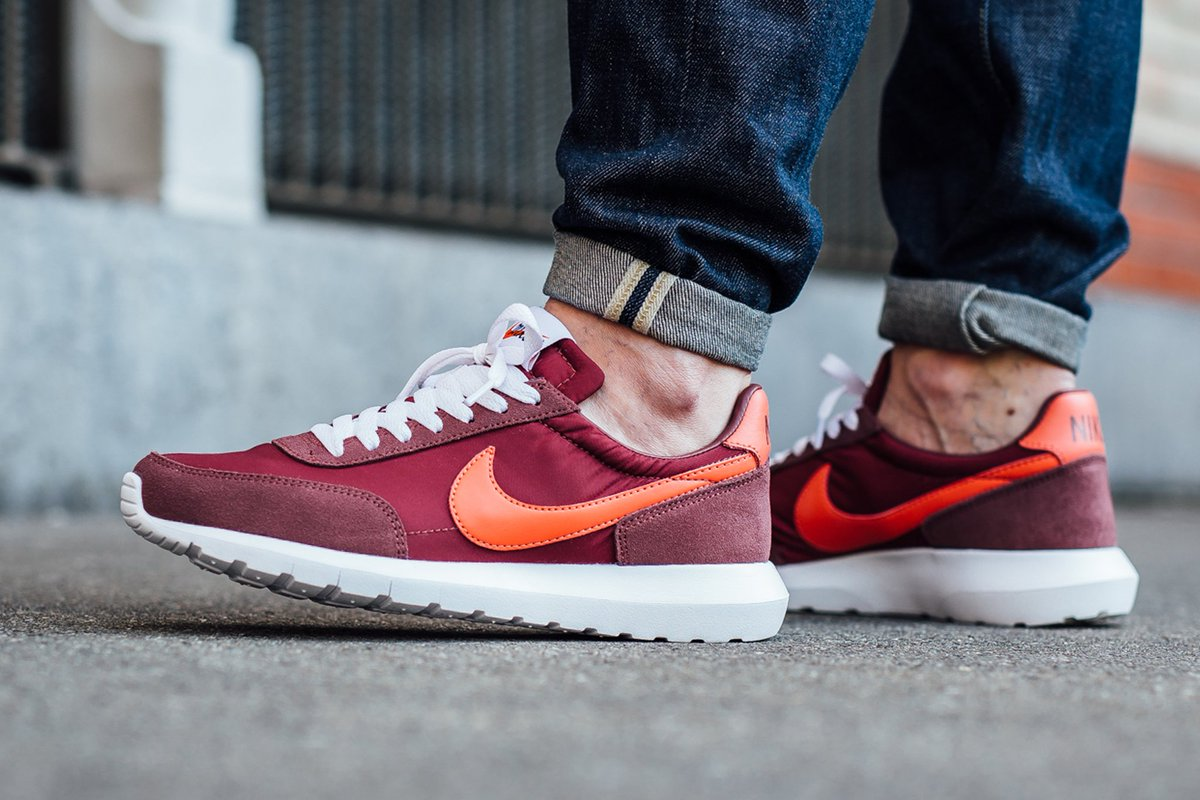 1aadd9ad5707 ONLINE NOW! Nike Roshe Daybreak NM - Red Earth White SHOP HERE  http   bit.ly 1VOlFd5 pic.twitter.com 5BLsusYpO6
